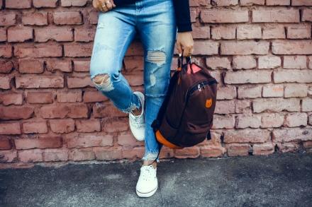 Frie hænder med en rygsæk